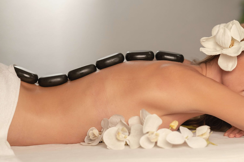 Co należy wiedzieć o masażu gorącymi kamieniami?